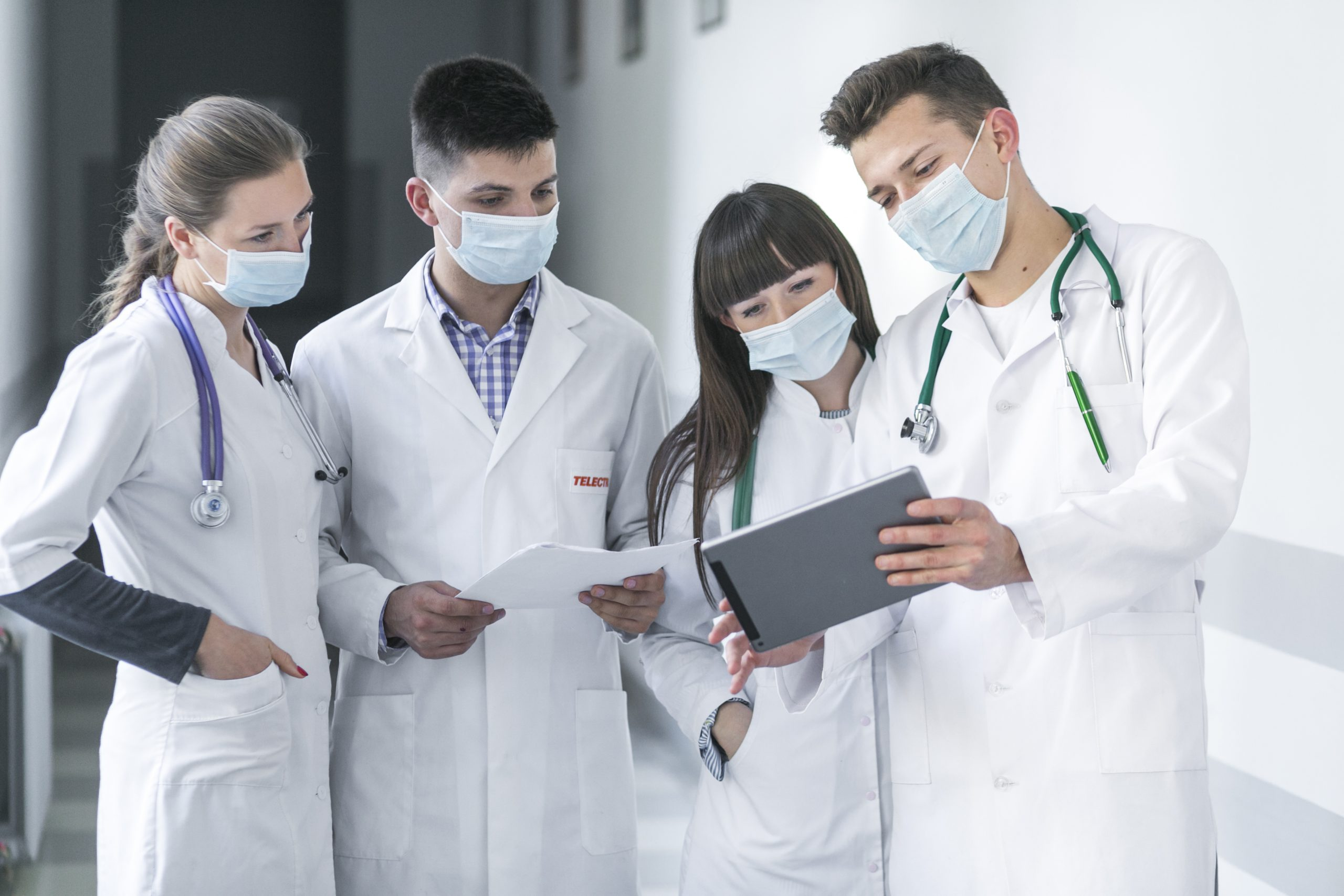 doctors-masks-using-tablet